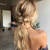 Messy ponytail για καθημερινές στιγμές με ανέμελο στυλ