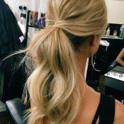 Messy ponytail για καθημερινές στιγμές